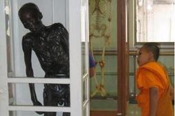 烘干站立的干尸是当年泰国的食童魔 -黄利辉-细伟