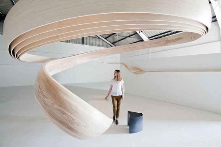 螺旋着木制办公桌,是家具还是装饰?